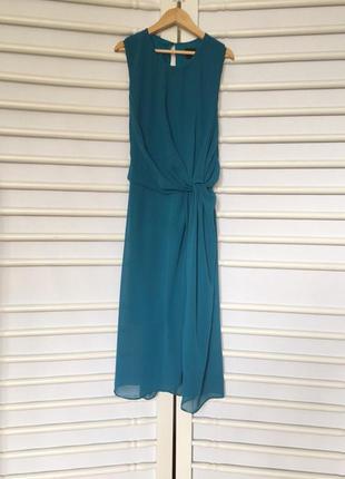 Стильное шифоновое платье с разрезом на спинке и сбоку