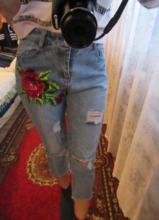 Стильные укороченные джинсы плотные с вышивкой высокой талией потертостями