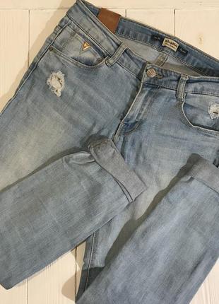 Голубые светлые рваные джинсы