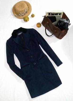 Дизайнерское пальто актуального фасона с бархатным воротником