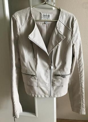 Бежевая куртка кожзам