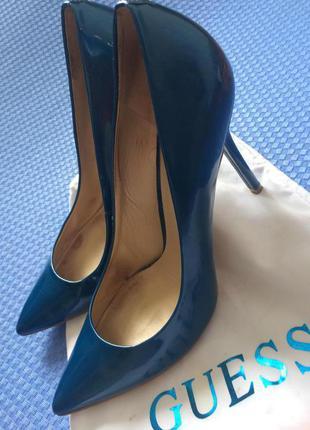 Guess шикарнейшие лаковые туфли-лодочки