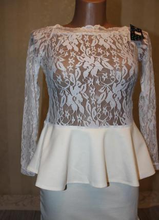 Модное белое платье с баской. распродажа
