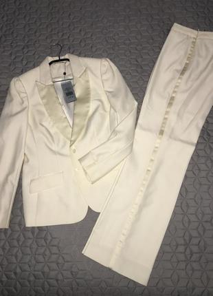 Белый брючный костюм смокинг