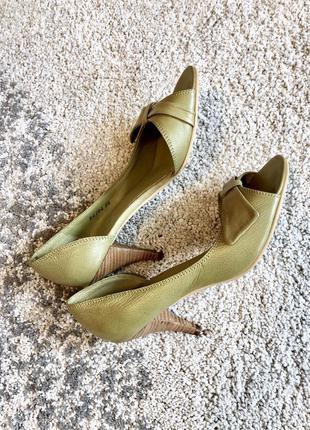Красивые кожаные туфли на среднем каблуке reserved