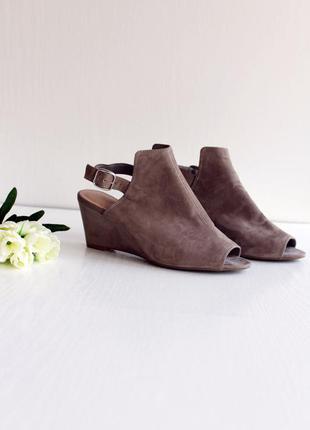 Новые замшевые туфли открытым носком на танкетке