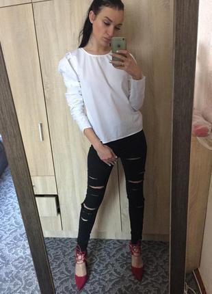 Рваные джинсы с высокой посадкой