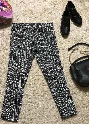 Стильні стрейчеві штани з цікавим принтом