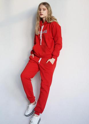 Красный спортивный костюм на весну вышивка charisma