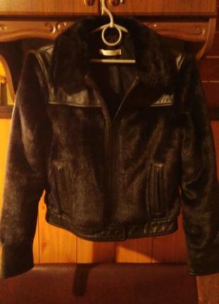 Куртка с кожаными вставками и мехом.