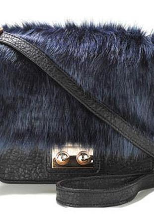 Оригинальная черная сумка кросс боди с отделкой из синего меха atmosphere через плечо
