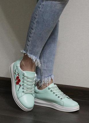 Женские кеды (кроссовки) с красивой вышивкой в красивом мятном цвете