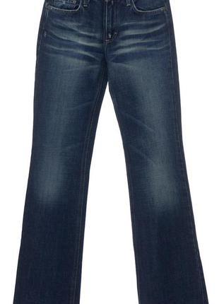 Синие джинсы слегка расклешенного кроя