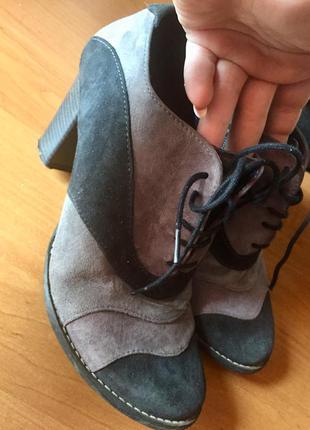 Серые ботильоны на шнурках