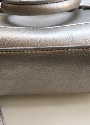 Серебристая сумочка на длинном ремне