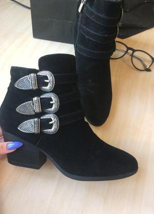 Актуальные демисезонные ботинки с ремешками