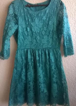 Обалденное кружевное платье изумрудного цвета