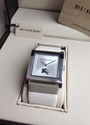 Красивые женские наручные часы burberry