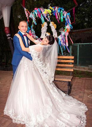 Шикарное свадебное платье со шлейфом в пудровом цвете