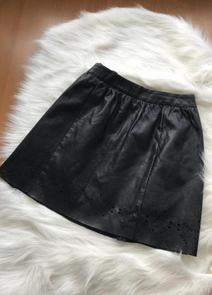 Стильная кожаная юбка клеш с перфорацией omnin размер s