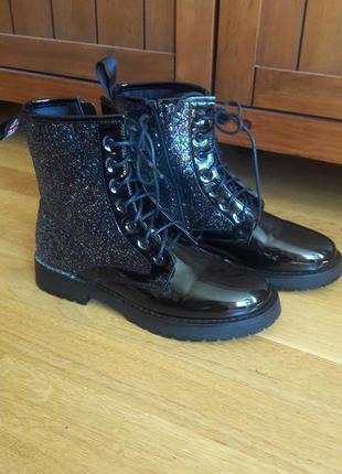 Стильные лаковые ботинки с блёстками jennyfer
