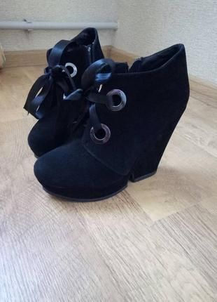 Черные замшевые ботильоны ботинки на лентах broccoli