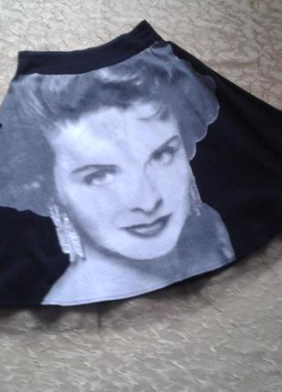 Актуальная черная юбка с принтом,расклешенная с подъюпником.размер s/m