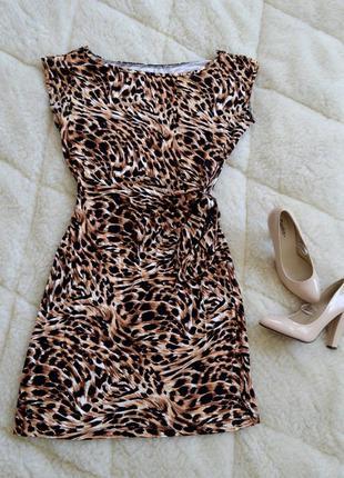 Платье с имитацией звериного принта.