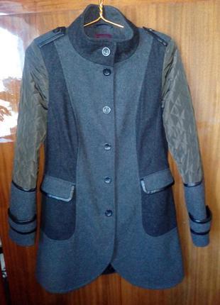 Шерстяное пальто со стеганными рукавами