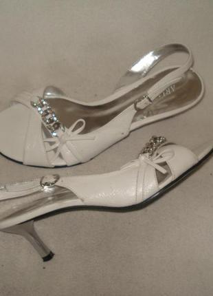38,5 -39 р./25,5 см белоснежные босоножки на устойч. каблуке