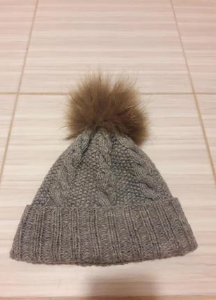Серая вязанная шапка с помпоном