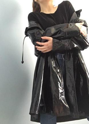 Лаковый / виниловый черный плащ