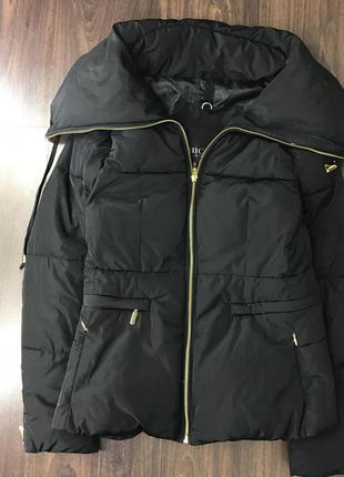 Крутая демисезонная чёрная куртка пуховик дутик с золотой молнией