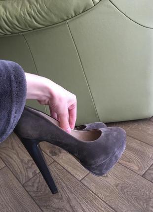 Шикарные туфли из серого бархата на высоком устойчивом каблуке