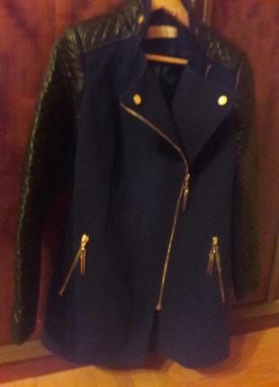 Темно синее пальто.