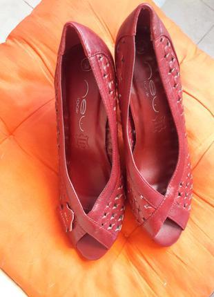 Новые кожаные красные туфли