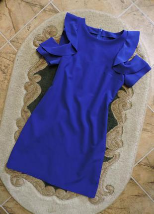 Яркое синее платье с голыми плечами