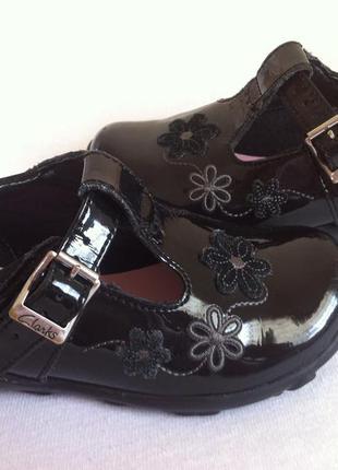 Kожаные лаковые туфли ,туфельки clarks с мигающими огоньками р. 22 ст. 14 см оригинал !!!