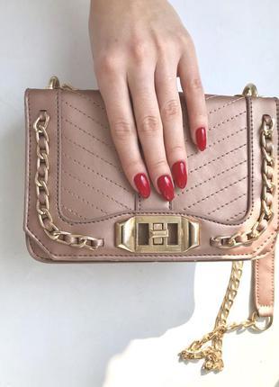Маленькая сумочка с золотой цепочкой