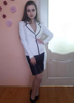 Костюм молочного цвета: жакет, юбка.