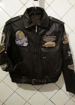 Суперская кожаная курточка с шевронами