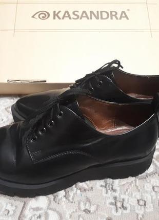 Женские туфли на толстой подошве