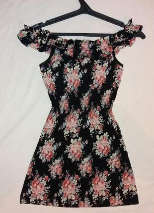 Чорное платье с цветами