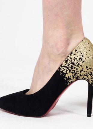 Кожаные туфли с красной подошвой.