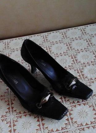 Туфли демисезонные,легкие,черные.