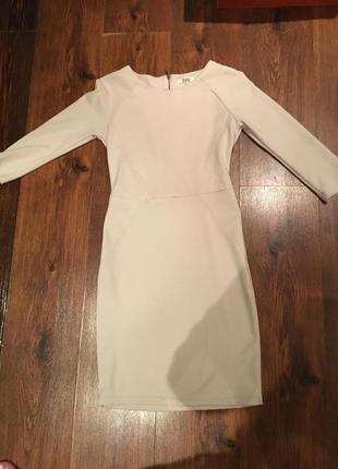 Очень красивое облегающие платье нежно бежевого цвета