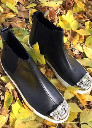 Черные ботинки из натуральной кожи со стразами на носке