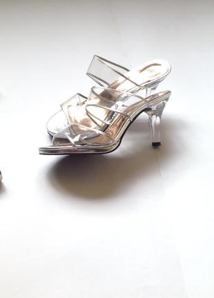 Серебрыстые шлепанцы босоножки прозрачный каблук