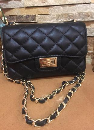 Небольшая кожаная сумочка в стиле chanel