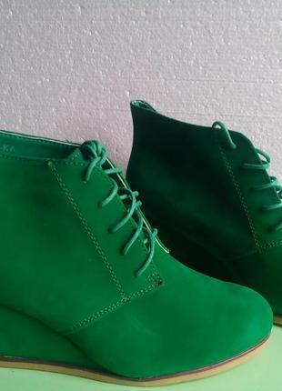 Зеленые ботиночки на танкетке